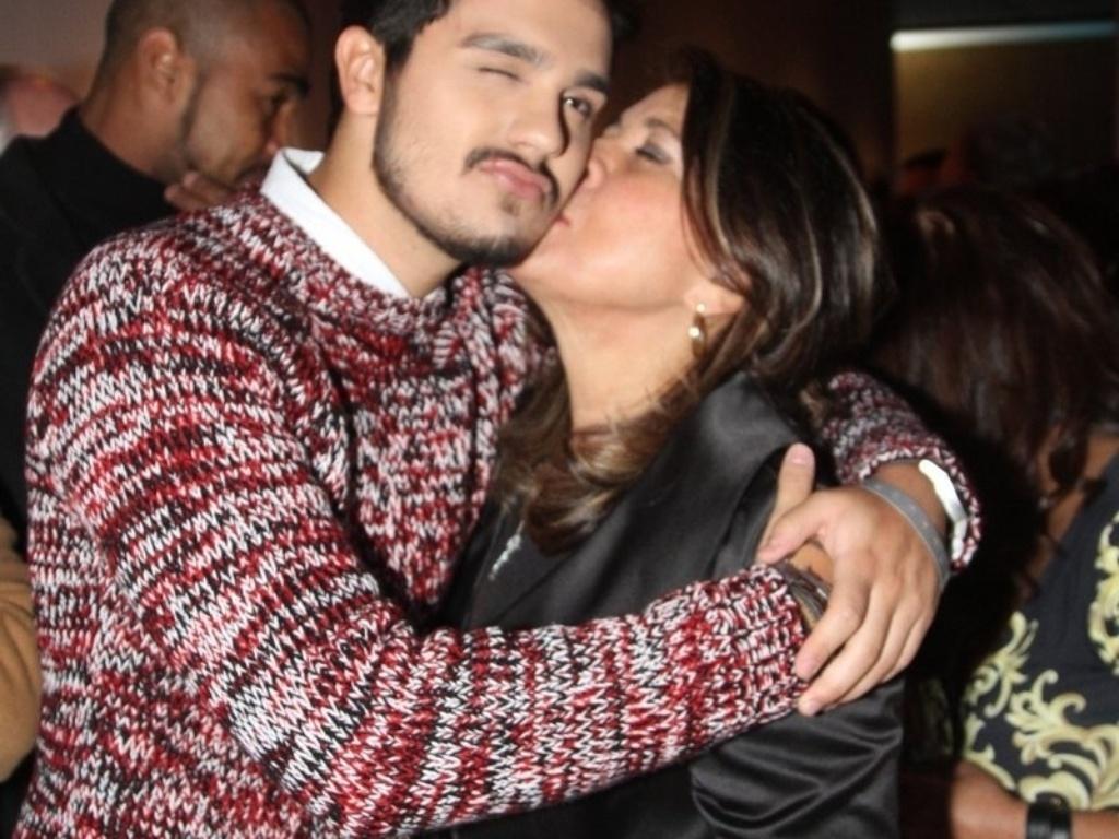 29.abr.2014 - Luan Santana recebe beijo de Roberta Miranda em lançamento da biografia oficial de Roberto Carlos em shopping de São Paulo