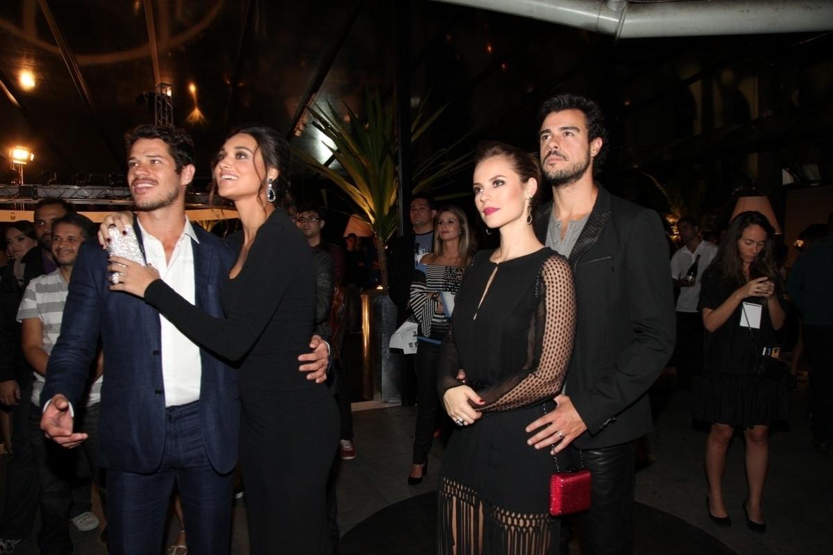 29.abr.2014 - Os casais José Loreto e Débora Nascimento e Paolla Oliveira e Joaquim Lopes, assistem a apresentação da novela