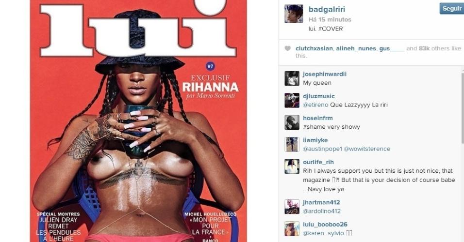 """29.abr.2014 - Rihanna divulgou em seu Instagram a foto de capa que faz para a revista francesa """"Lui"""". Na imagem, a cantora aparece de tranças e fazendo topless. Ao usar apenas a parte de baixo do biquíni, ela deixou à mostra o piercing que tem no mamilo direito e uma tatuagem que possui abaixo dos seios. O ensaio foi feito no início do mês pelo fotógrafo Mario Sorrenti, em Los Angeles"""