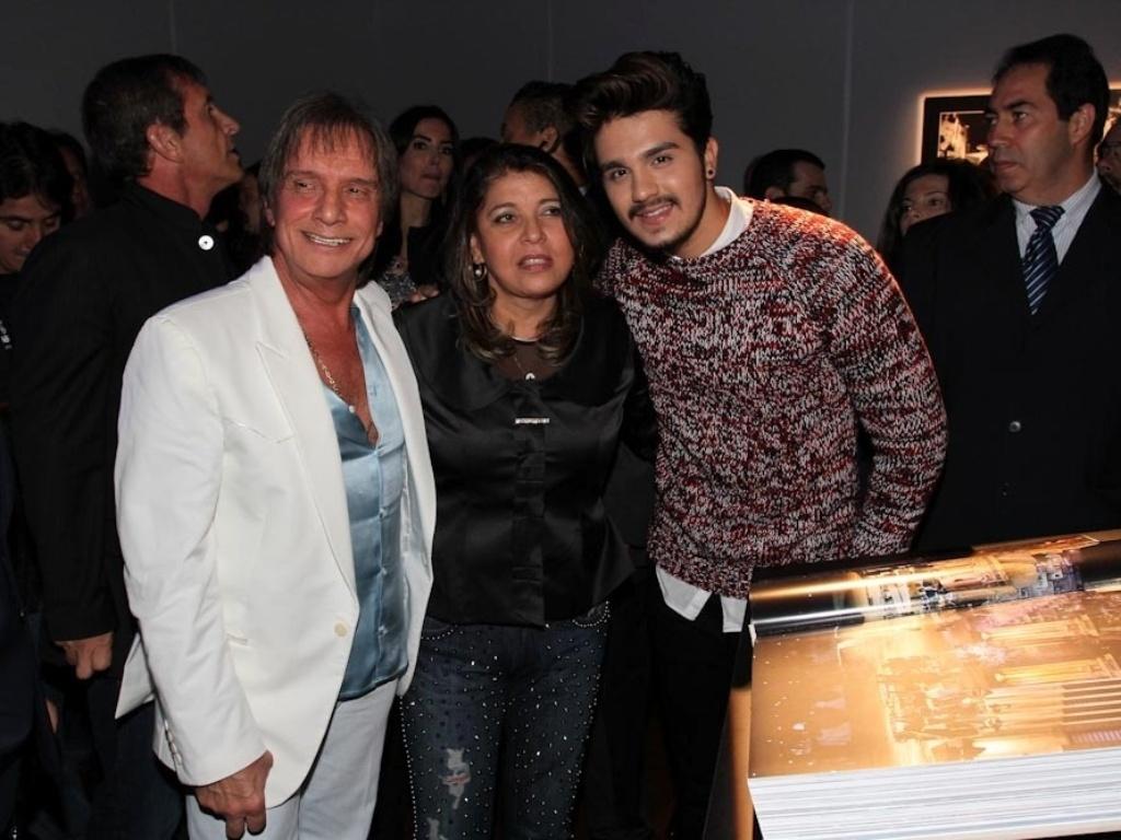 29.abr.2014 - Roberta Miranda e Luan Santana posam com Roberto Carlos durante o lançamento de sua biografia fotográfica oficial em shopping de São Paulo