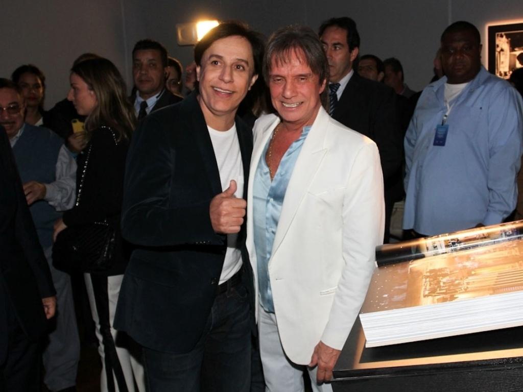 29.abr.2014 - Roberto Carlos posa com Tom Cavalcante no lançamento de sua biografia fotográfica oficial em shopping de São Paulo