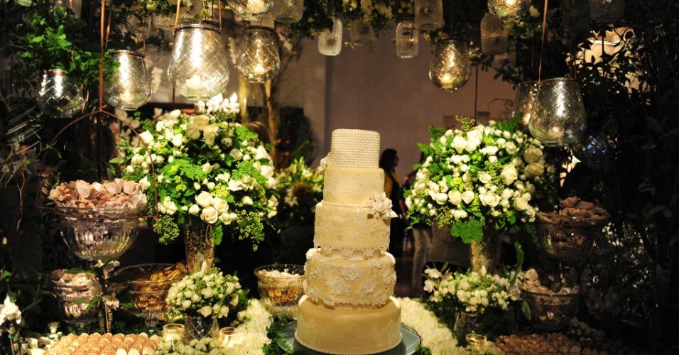 29.abr.2014 - Mesa da Opera Ganache (www.operaganache.com.br) com decoração de Pupy Zogaib na Desgustar 2014. O bolo de cinco andares custa R$ 1.500. Preço pesquisado em abril na Degustar 2014