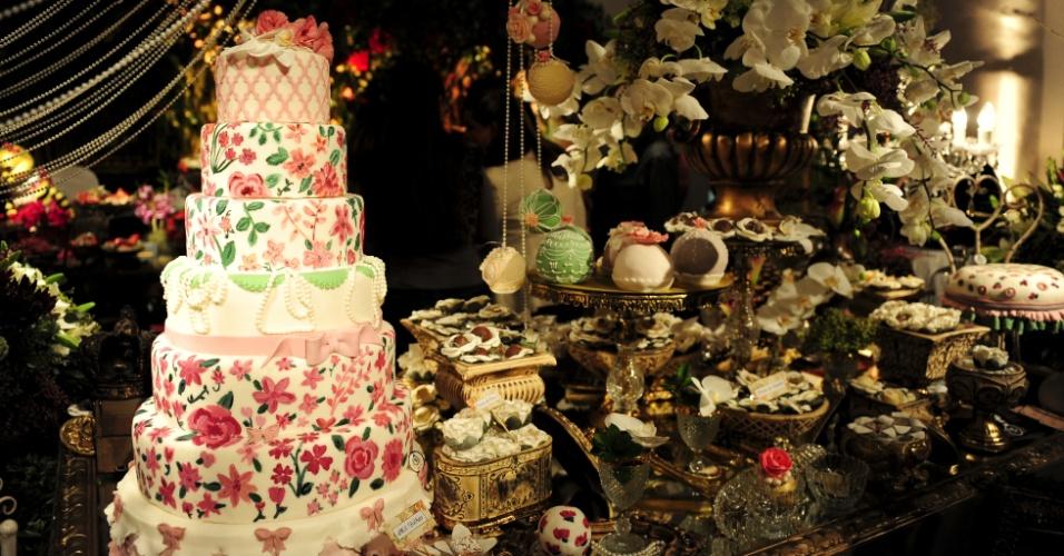 29.abr.2014 - Proposta de mesa da Manô Andrade Doces (www.manodoces.com.br) com decoração da Perfect Flowers (www.perfectflowerscom.br) na Degustar 2014
