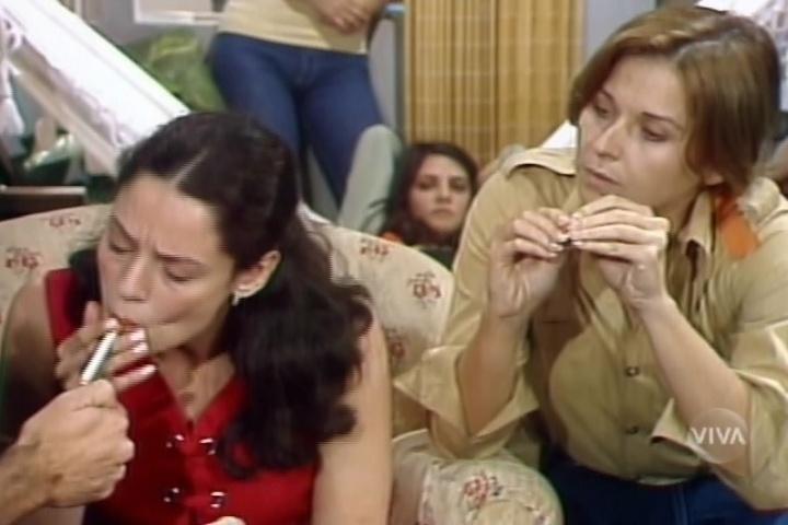Sonia Braga fuma cigarro em cena de