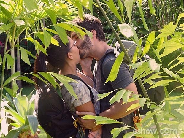William beija Celina antes de missão