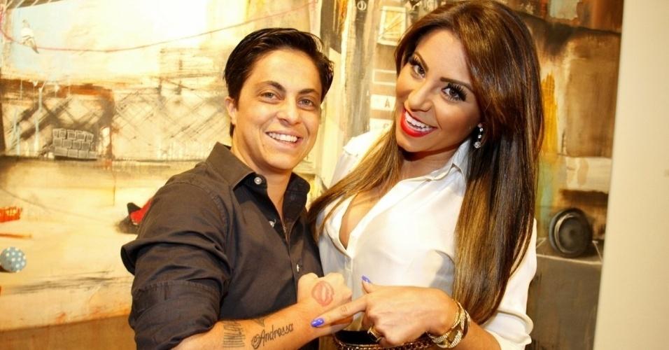30.abr.2014 - Thammy Miranda mostra a tatuagem que fez em homenagem a namorada, Andressa Ferreira. A atriz escreveu o nome da amada no antebraço.