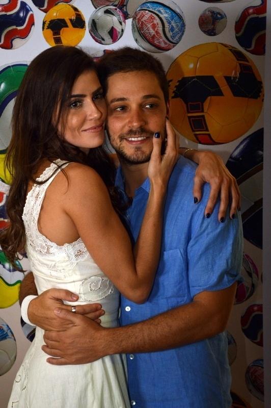1.mai.2014 - A atriz Deborah Secco posa com o namorado, Bruno Torres, no Cine PE 2014