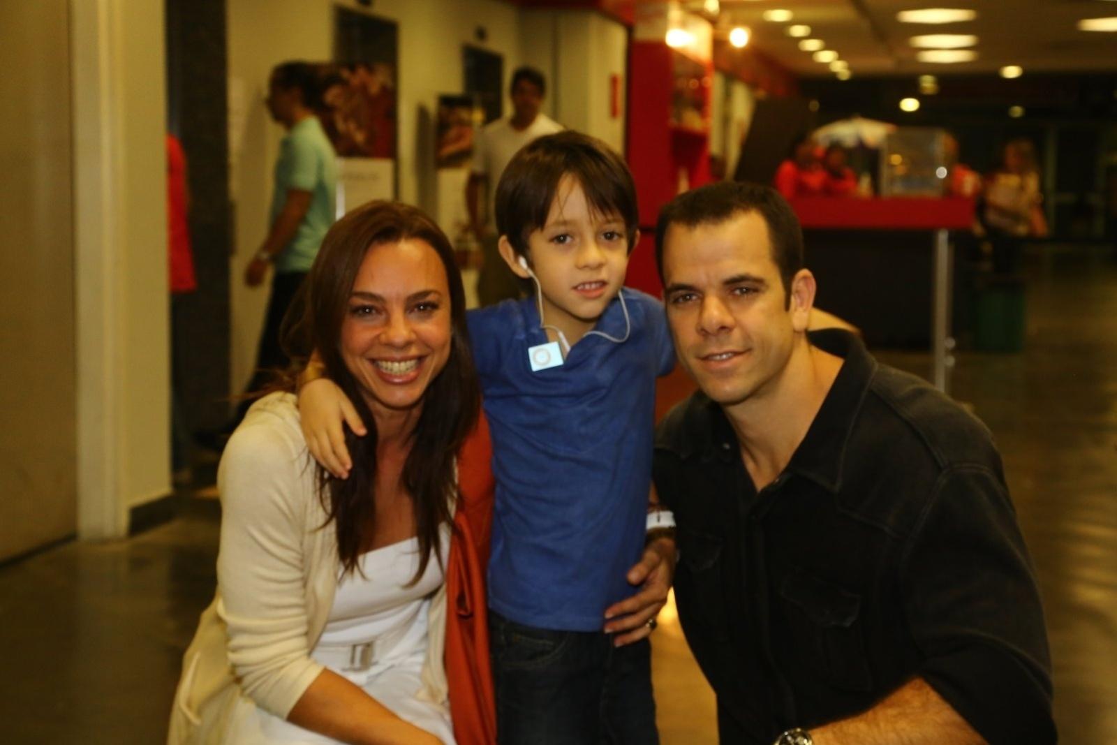 3.maio.2014 - Carla Marins com o filho, León, e o marido, Hugo Baltazar, no espetáculo infantil Disney on Ice, na tarde deste sábado (3), no Rio de Janeiro