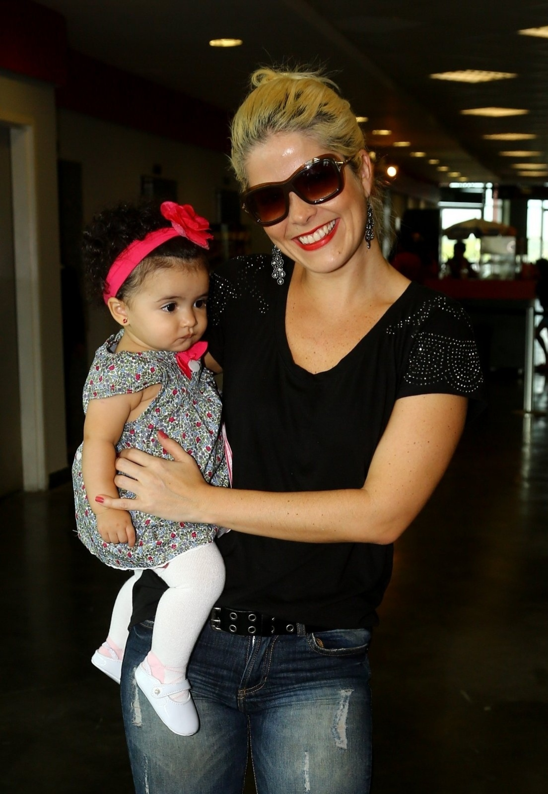 3.maio.2014 - Samara Felippo com a filha, Lara, no espetáculo infantil Disney on Ice, na tarde deste sábado (3), no Rio de Janeiro