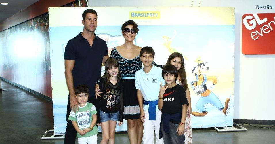 04.maio.2014 - Juliana Paes leva a família ao espetáculo da Disney no Rio. Na tarde deste domingo (4), a atriz foi acompanhada do marido, Carlos Eduardo Batista, do filho mais velho, Pedro, e outras crianças, assistir o
