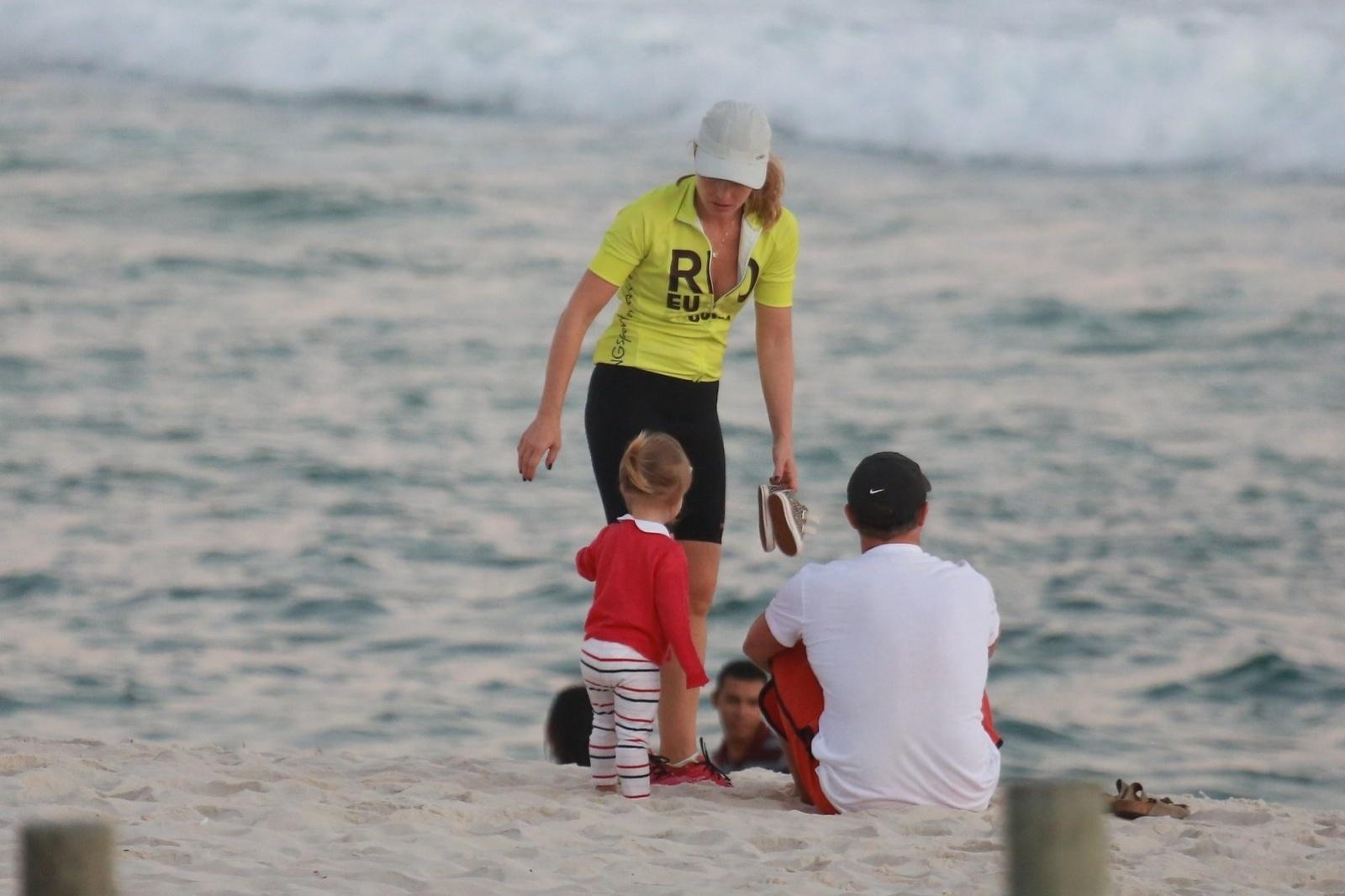 4.maio.2014 - Angélica e Luciano Huck curtem praia com a filha. O casal de apresentadores foi clicado com a caçula, Eva, na Praia da Barra