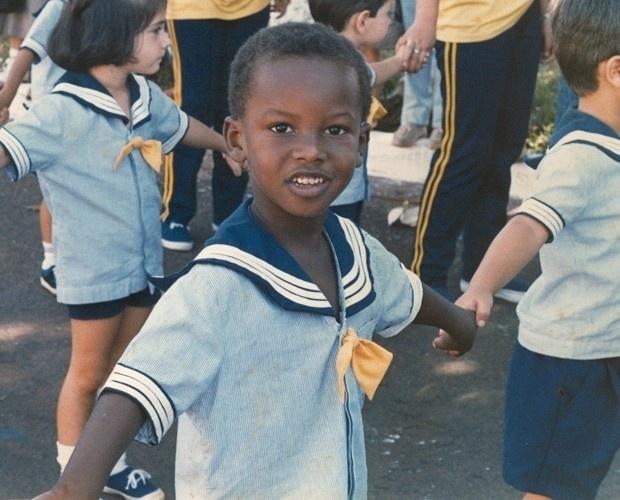 Na imagem, Thiaguinho aparece ainda criança. Antes da carreira solo, ele  participou do grupo de pagode Exaltasamba