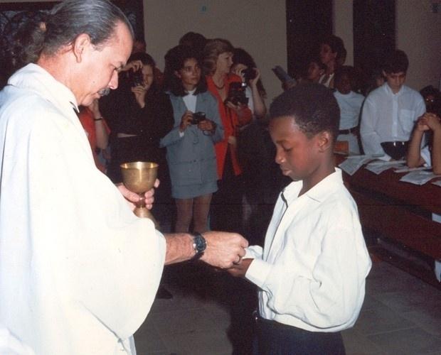 Na imagem, Thiaguinho aparece no dia de sua primeira comunhão