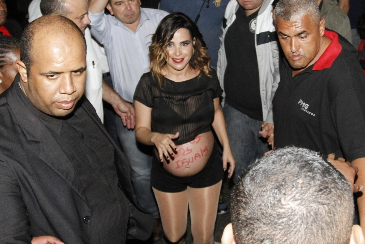 4.maio.2014 - Grávida de 8 meses, Wanessa usa barriga para manifestar na Parada do Orgulho LGBT de São Paulo. Em apoio aos homossexuais, a cantora escreveu de batom vermelho no seu abdômen: