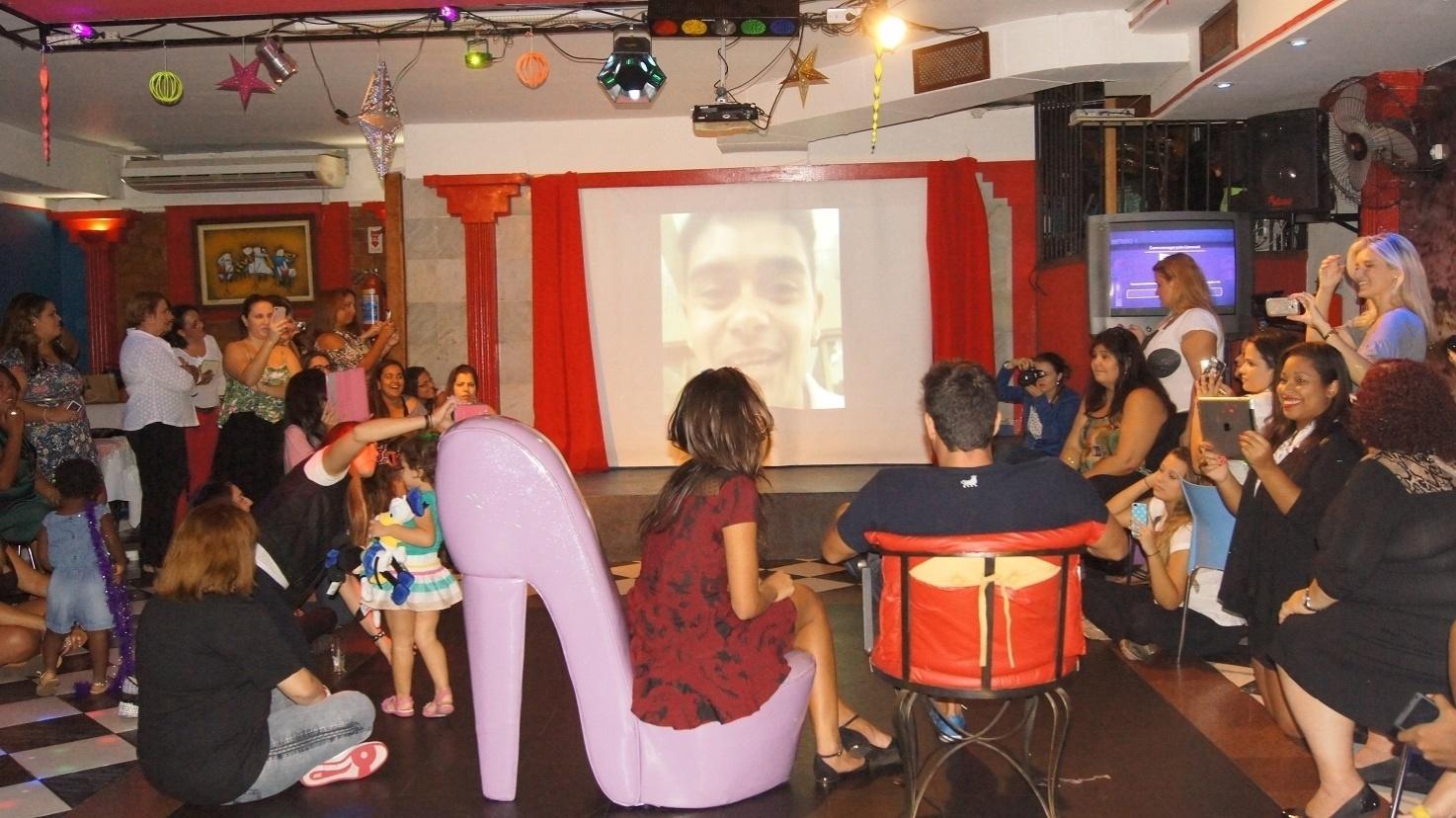 5.mai.2014 - Franciele e Diego assistem a homenagem feita pelos fãs em festa surpresa