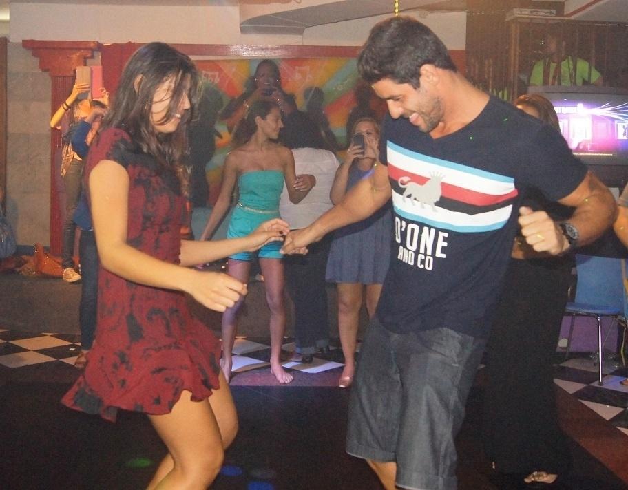 5.mai.2014 - Franciele e Diego dançam em festa surpresa