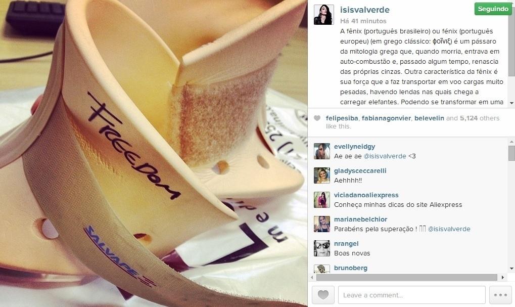 5.mai.2014 - Ísis Valverde tirou o colar cervical e comemorou a alta ao postar um texto sobre a ave fênix, da mitologia grega, em sua conta do Instagram