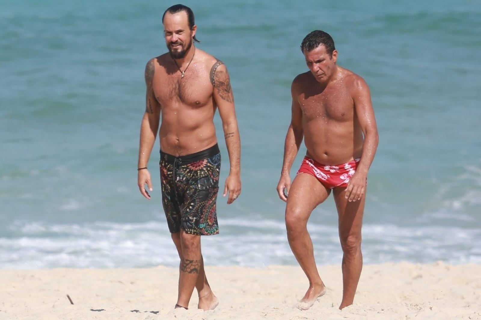 5.mai.2014 - Paulinho Vilhena e Eri Johnson curtem banho de mar na praia Recreio dos Bandeirantes,no Rio de Janeiro