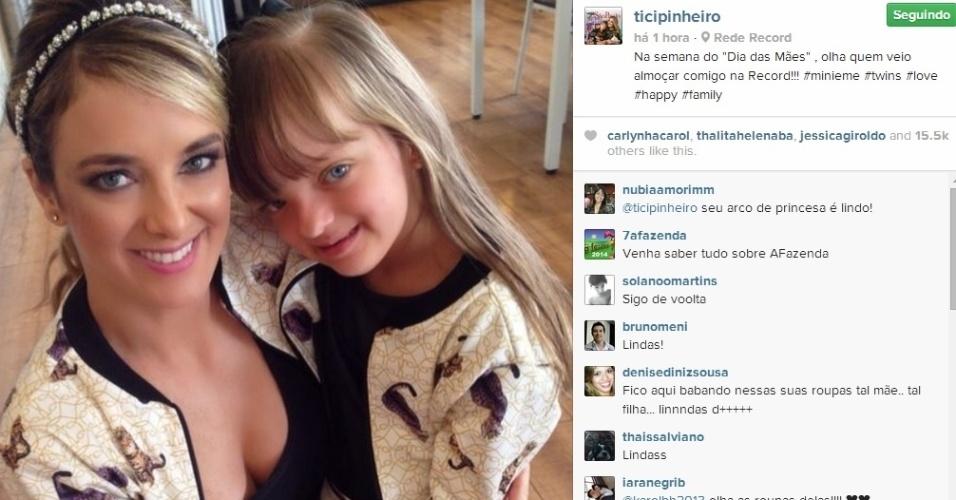 5.mai.2014 - Vestidas com o mesmo look, Ticiane Pinheiro e Rafaella Justus almoçaram juntas na Record.