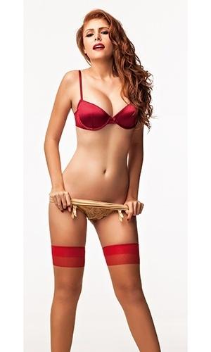A mineira Amanda Gontijo usa lingerie, batom e esmaltes vermelhos no ensaio da