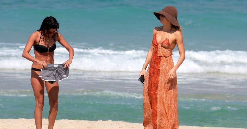 6.mai.2014 - Cheia de estilo, Grazi Massafera curtiu a praia da Barra da Tijuca, zona oeste do Rio, com a amiga Ana Lima.