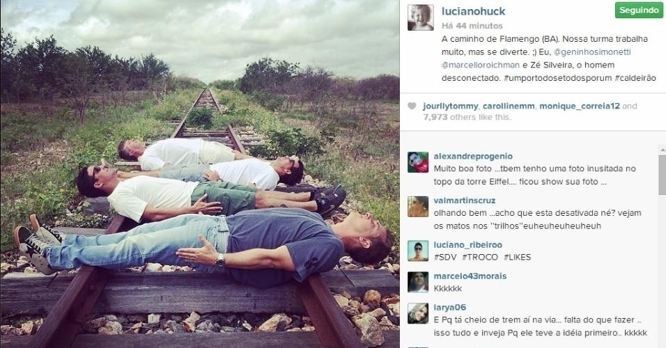 6.mai.2014 - Luciano Huck postou uma foto na qual aparece deitado sobre um trilho de trem para gravação de um quadro de seu programa na Globo.