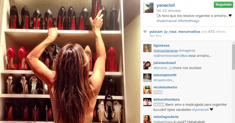 6.mai.2014 - O personal stylist de Sabrina Sato flagra a apresentadora arrumando seu armário de sapatos sem roupa. Ele postou a imagem em sua conta do Instagram.