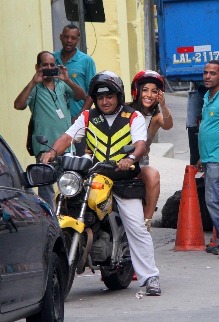 07.mai.2014- A apresentadora Sabrina Sato é flagrada subindo o morro do Vidigal, no Rio de Janeiro de mototáxi