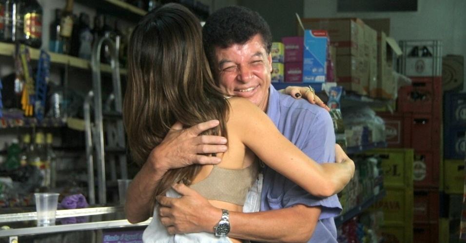 07.mai.2014- Sabrina abraça morador do Vidigal durante gravação de quadro para seu programa da Record