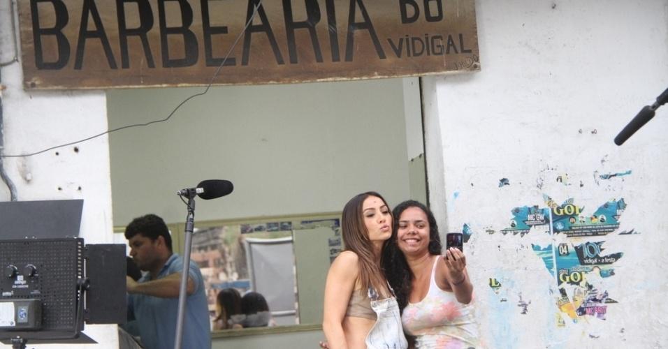 07.mai.2014- Sabrina foi bastante assediada e tirou fotos com fãs no morro do Vidigal, no Rio de Janeiro
