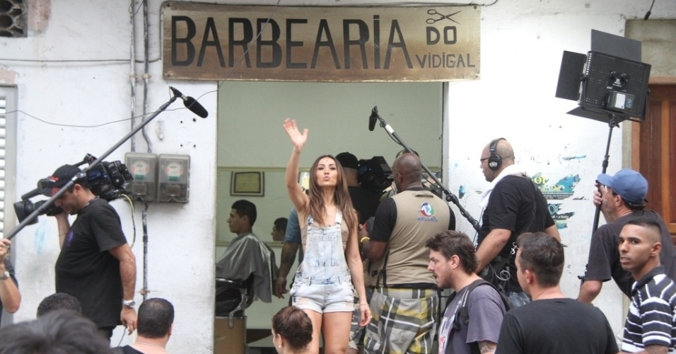 07.mai.2014- Simpática, Sabrina Sato acena ao ser flagrada em uma barbearia no morro do Vidigal, no Rio de Janeiro