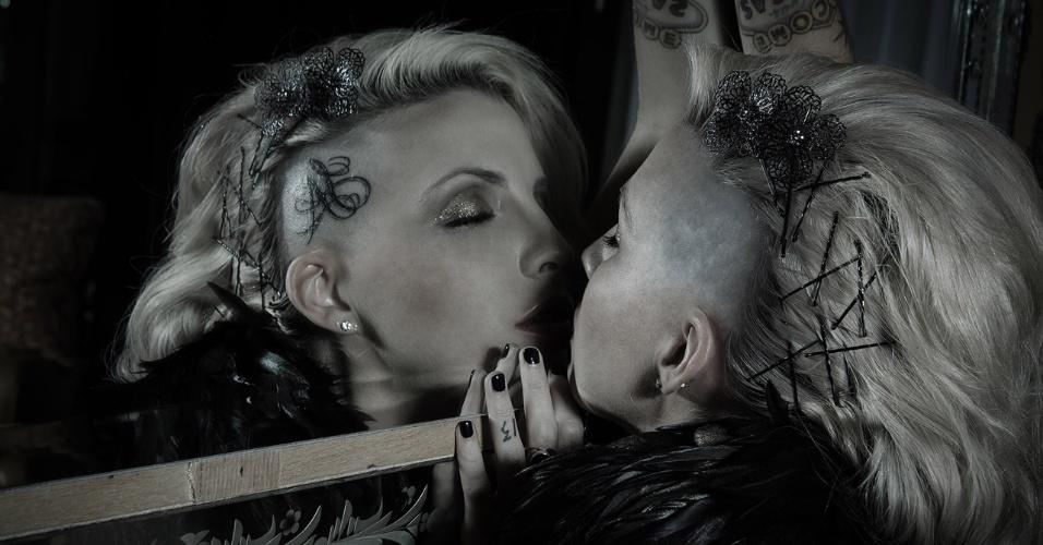 6.mai.2014 - A ex-BBB posa em frente a espelho durante ensaio com a temática