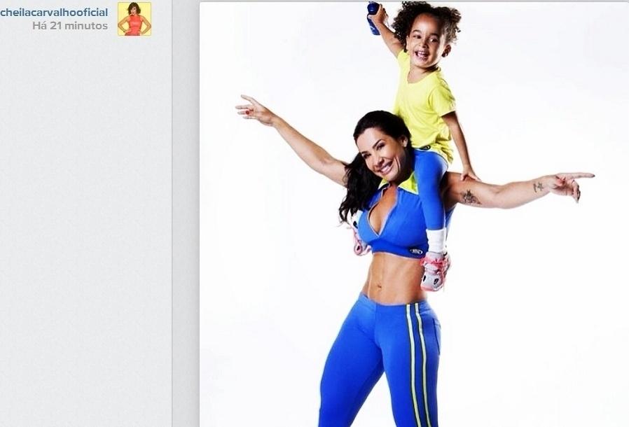 7.mai.2014- Aos 40 anos, Scheila Carvalho exibe corpo sarado com a filha Giulia em foto para campanha para uma marca de roupas fitness