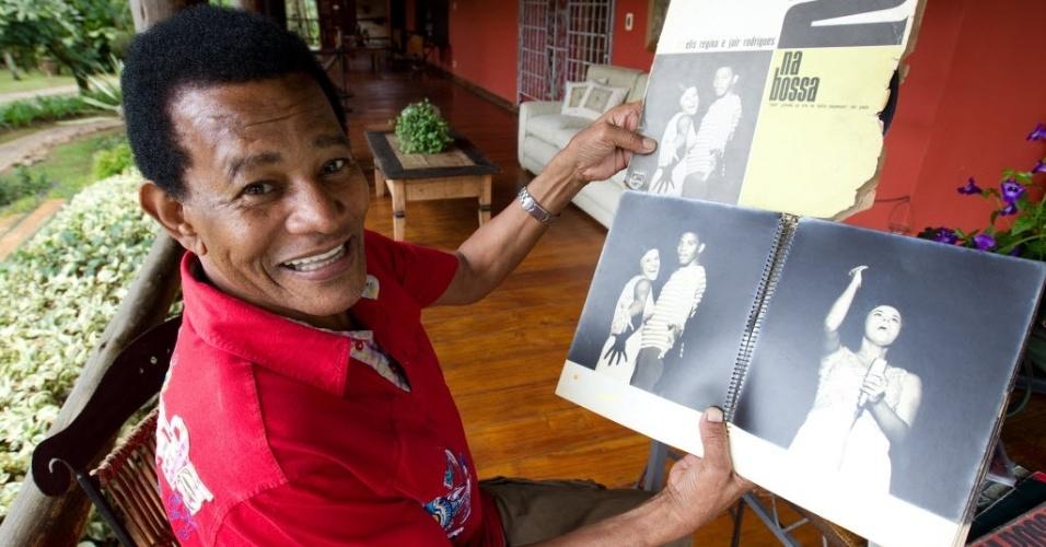 27.abr.2012 - O cantor Jair Rodrigues na varanda de sua casa