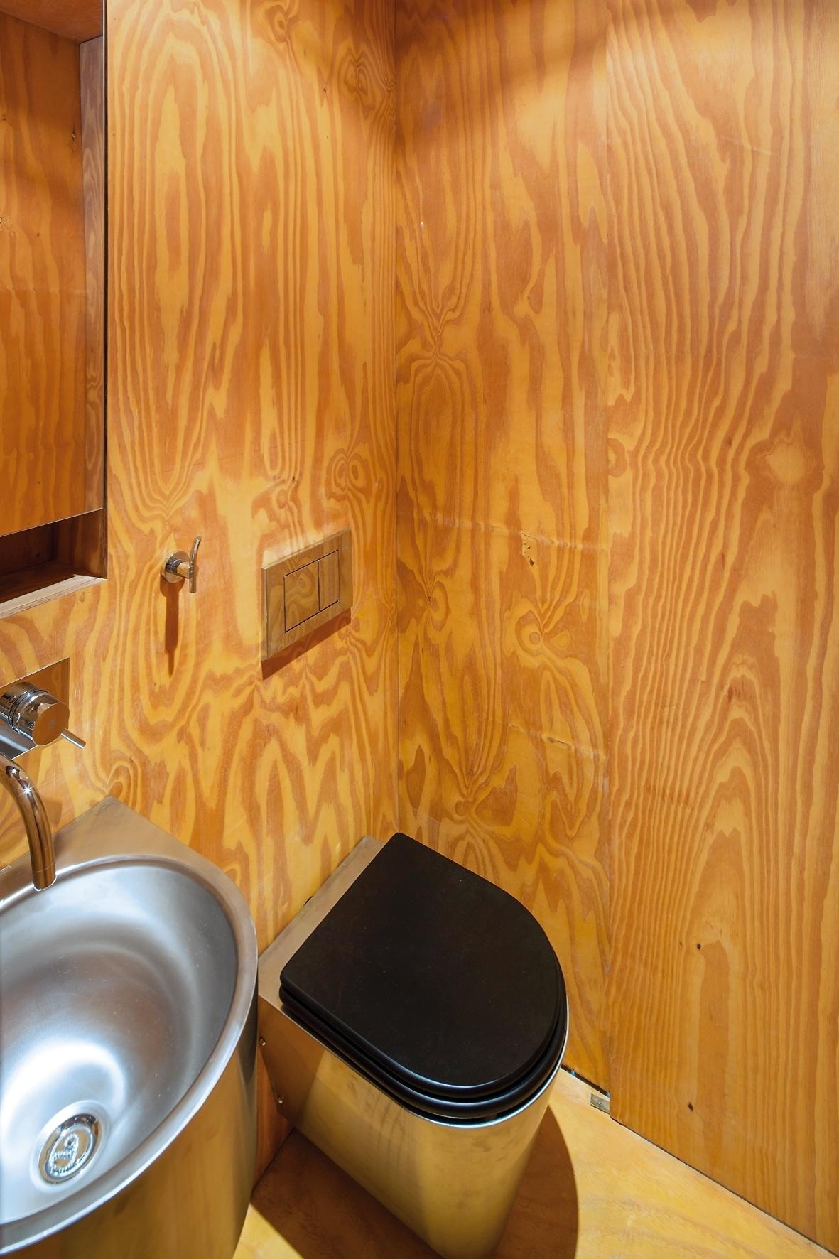 Imagens de #AF7C1C Com área compacta o banheiro é prático dotado das instalações  1181x1772 px 3666 Banheiros Separados Casal