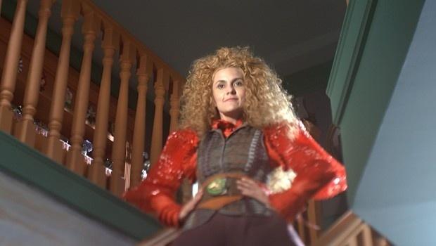 Gina vai à missa com a roupa velha