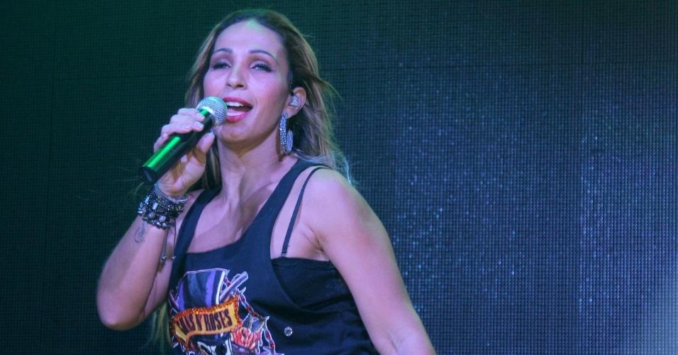 8.mai.2014 - Um detalhe que chamou a atenção em Valesca Popozuda durante seu show na Outlaws, na Rua Augusta, em São Paulo, foi o figurino. A funkeira usava uma blusinha com o logotipo da banda de rock Guns n' Roses