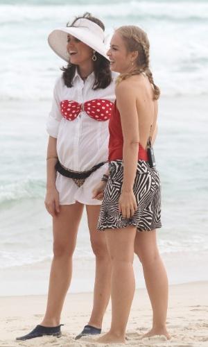 9.mai.2014 - Angélica grava entrevista com Monica Iozzi em praia na Barra da Tijuca, zona oeste do Rio de Janeiro, para o programa