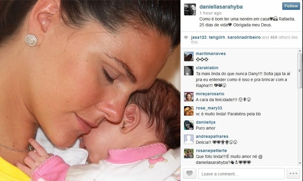 9.mai.2014 - Daniella Sarahyba posa com a filha recém-nascida