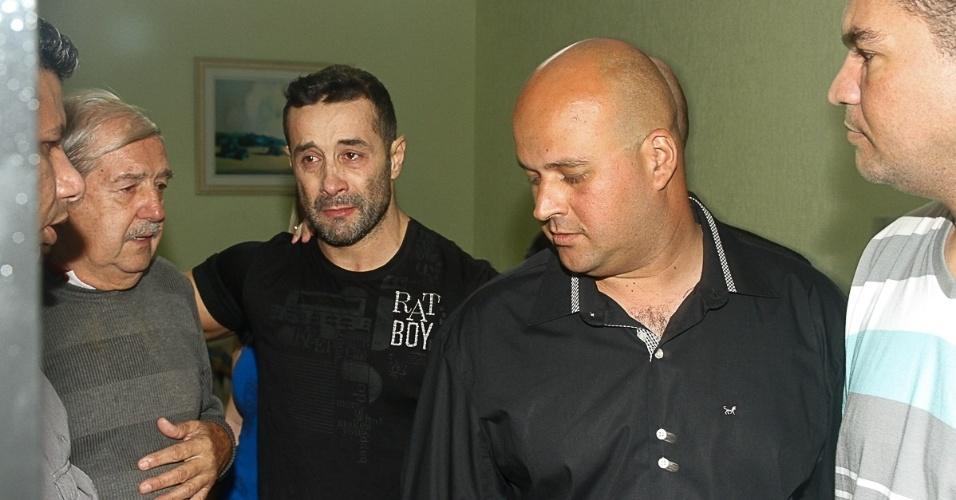 """9.mai.2014 - Marcos Oliver chora após deixar a prisão. O ex participante de """"A Fazenda"""" ficou preso por 30 dias por não pagar a pensão alimentícia da filha de 12 anos"""