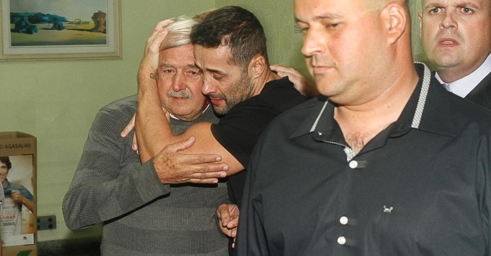 9.mai.2014 - Marcos Oliver se emociona ao deixar a delegacia em São Paulo após passar 30 dias preso por não pagar pensão alimentícia
