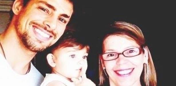 Cauã Reymond com a filha, Sofia, e a mãe, Denise