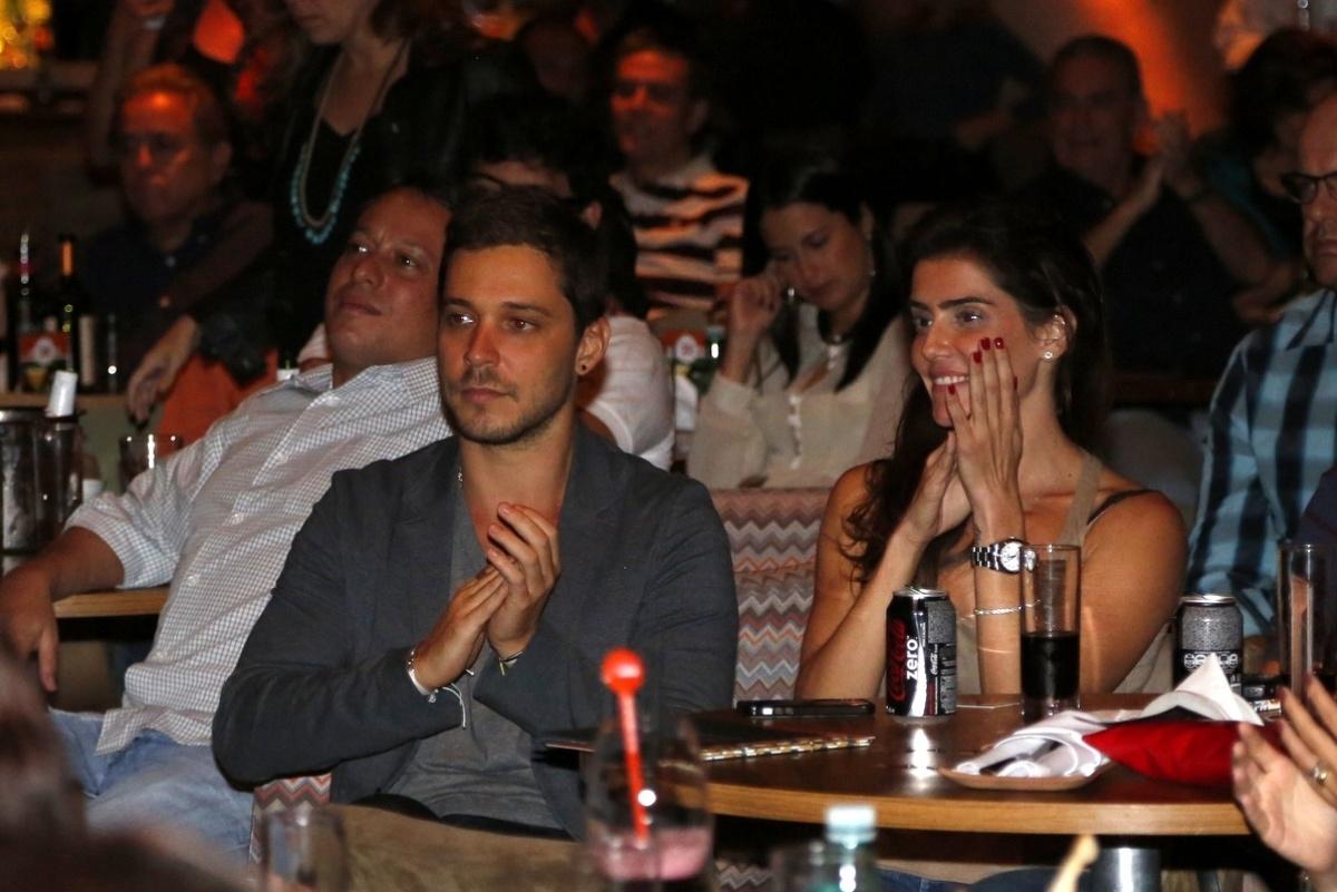 9.mai.2014 - A atriz Deborah Secco e o namorado, Bruno Torres, se divertem na plateia do projeto