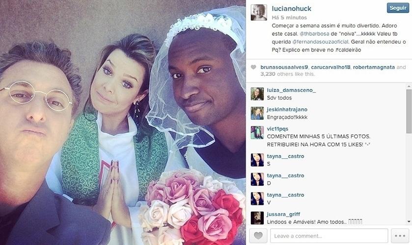 12.mai.2014 - Fernanda Souza e Thiaguinho se vestem de padre e noiva e posam para foto com Luciano Huck. Segundo o apresentador, a caracterização do casal será vista no