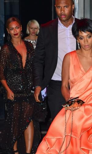 Irmã de Beyoncé, Solange Knowles, sai na frente do casal na festa que aconteceu após o baile do Met, em Nova York