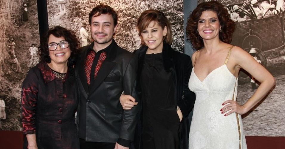 12.mai.2014 - Regina Duarte, Rafael Primot, Barbara Paz e Gilda Nomacce se unem para a pré-estreia do longa