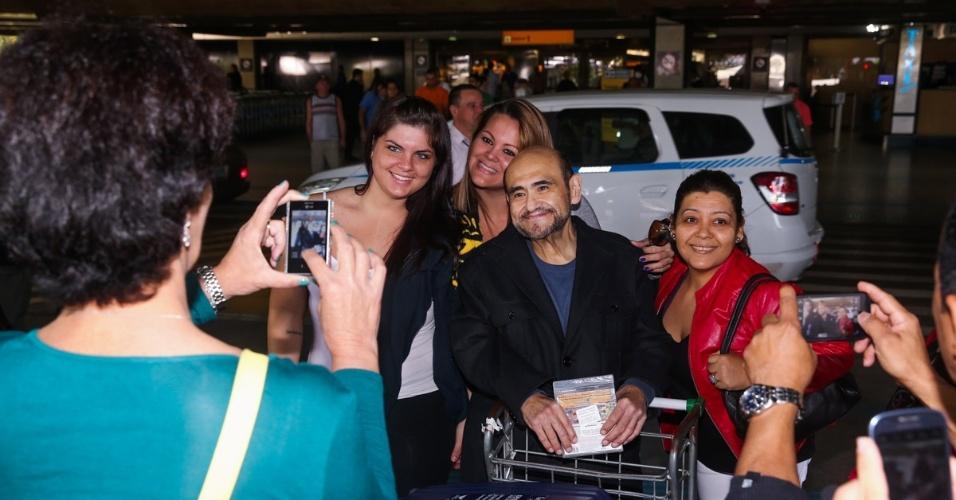 13.mai.2014 - O ator mexicano Edgar Vivar desembarcou em São Paulo nesta terça-feira e foi cercado pelos fãs