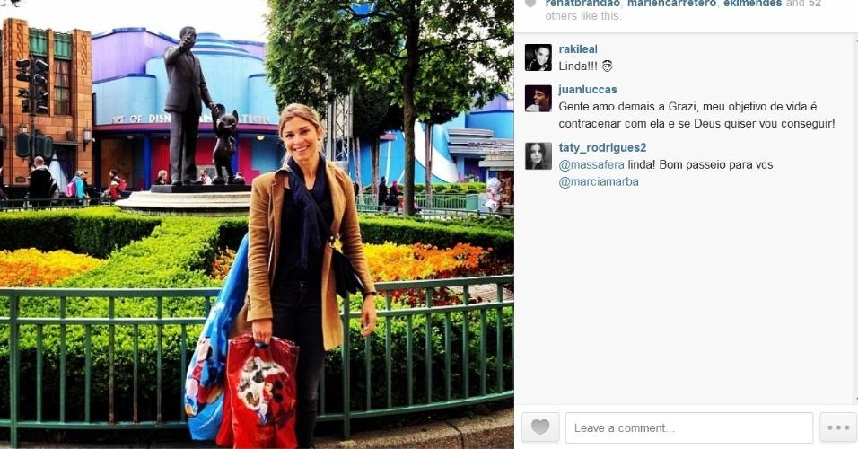13.mai.2014- Grazi Massafera curte parque da Disney de Paris e aproveita para fazer compras