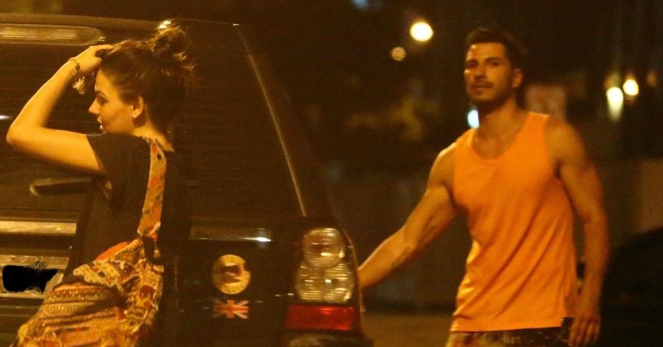 13.mai.2014- Isis Valverde é flagrada circulando com o modelo mexicano Uriel Del Toro, que tem sido apontado como seu novo affair, pela Barra da Tijuca, Rio de Janeiro