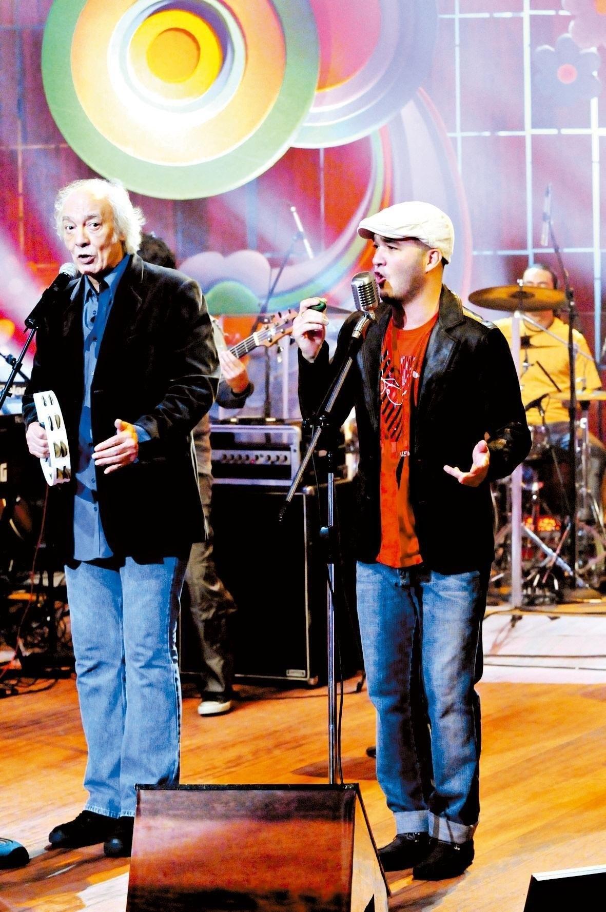 25.jul.2008 - Erasmo Carlos canta com seu filho, Alexandre Pessoal, em gravação do `Som Brasil'; em homenagem a Edu Lobo